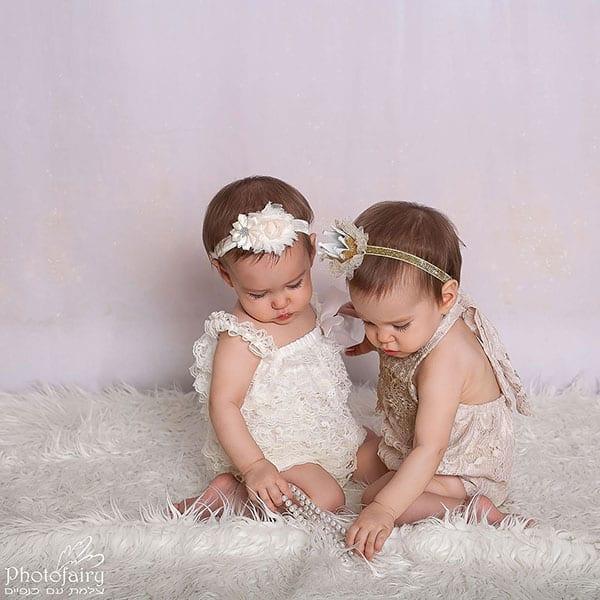 צילום תינוקות בסטודיו- תאומות משחקות ביחד