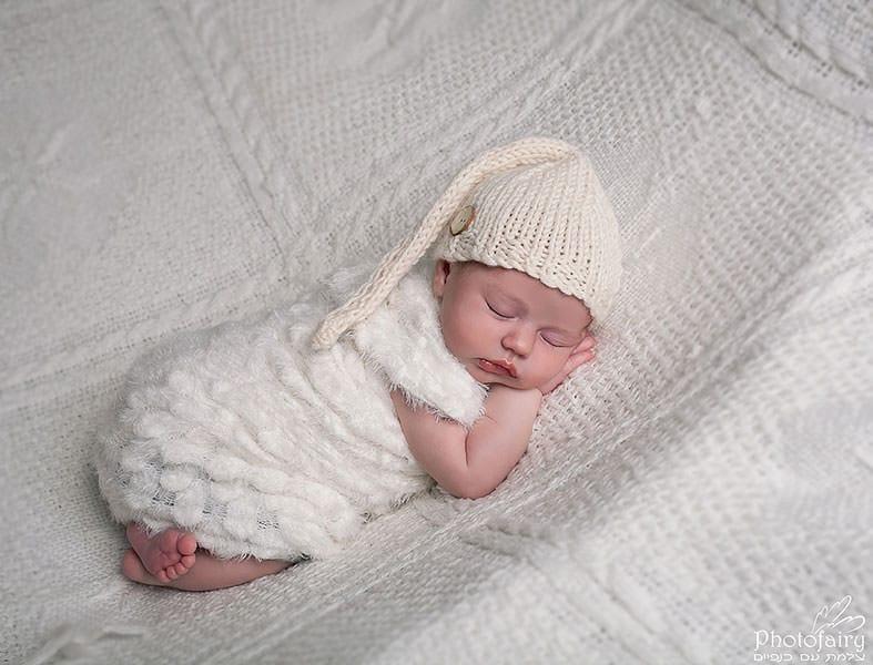 צילום ניובורן לתינוקת בגווני שמנת עם מצנפת שינה