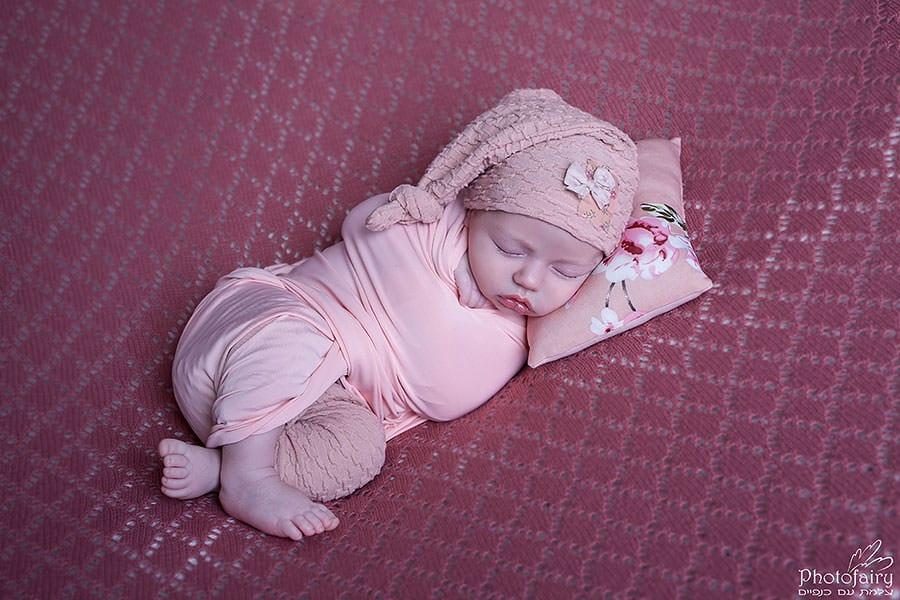 צילום ניובורן בצבעי אפרסק לתינוקת משגעת בת חודש