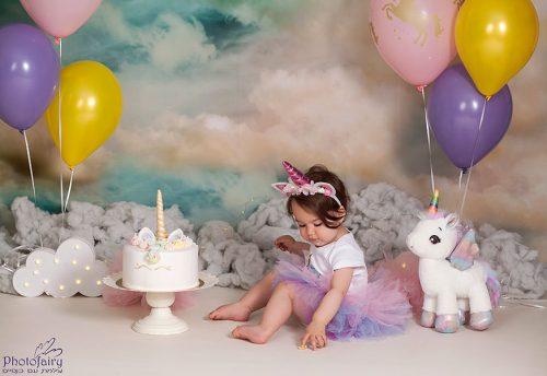 חד קרן בשמים מעוננים איזה כיף לחגוג עם עוגה מושלמת
