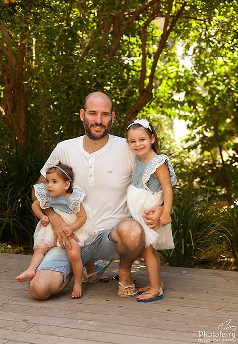 תמונות משפחה בטבע- חיבוק של אבא