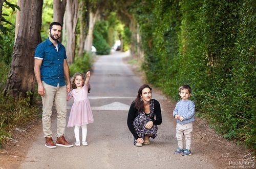 צילום משפחתי בשדרת עצים