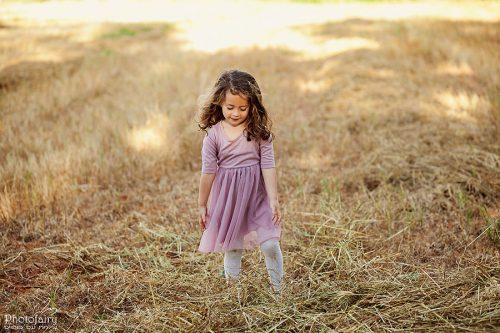 צילומי ילדים בטבע בשדה