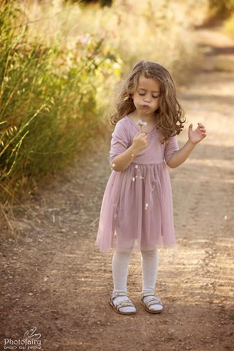צילומי ילדים בטבע- ילדה מעיפה מקל סבא