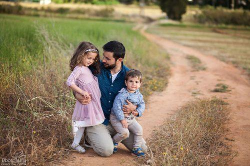 צילום משפחתי בטבע- מבט אוהב של אבא