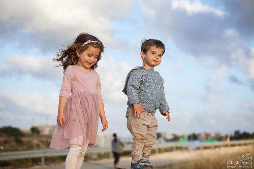 צילומי ילדים בטבע- אח ואחות מטפסים