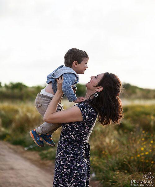צילום משפחה בחוץ- אמא אוהבת אותך עד השמים