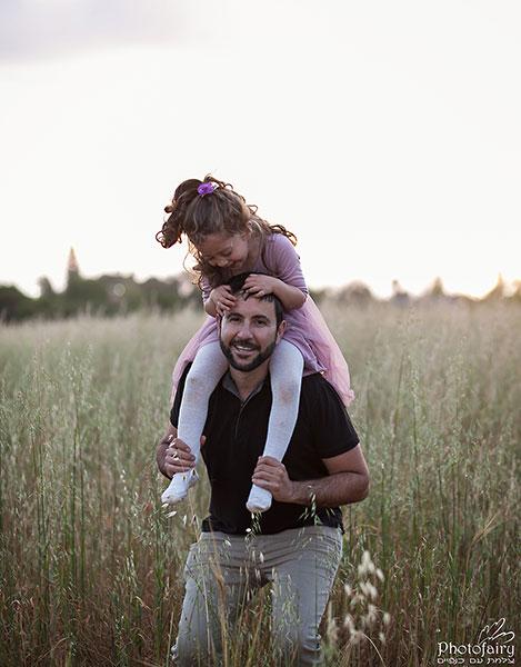 צילומי משפחה בטבע- על הכתפיים של אבא