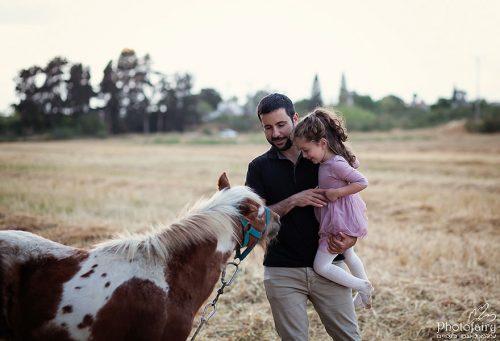 צילום משפחתי בטבע עם סוס פוני
